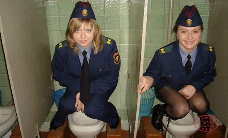 Tuvalette Verdikleri Pozlarla Yeni Bir Akım Başlatan 15 Kız - 1