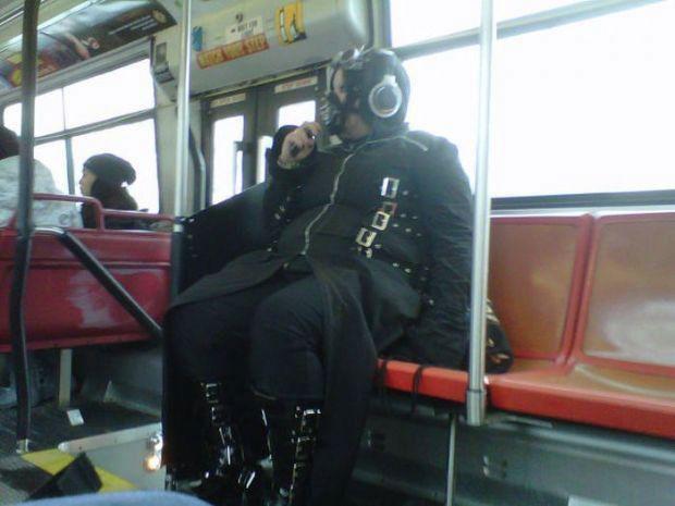 Toplu Taşıma Araçlarında Karşılaşmak İstemeyeceğiniz 17 Garip İnsan  - 1