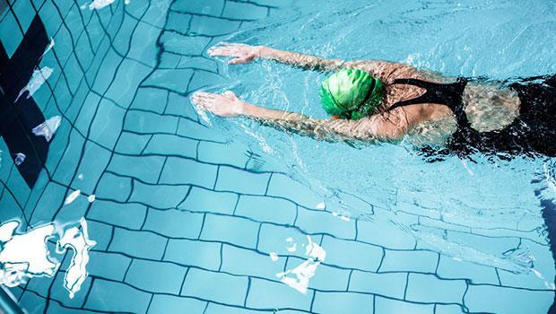 Havuz Kenarında Yapılan Şaka Genç Kızı Çıldırttı - 1