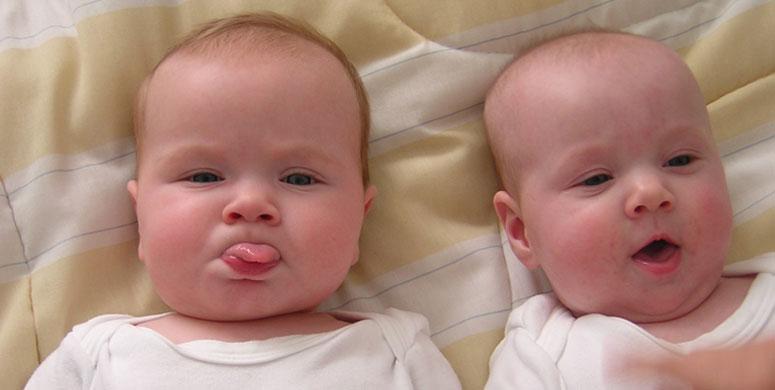 Çocukluk Fotoğraflarını Yeniden Canlandıran Kardeşler - 1