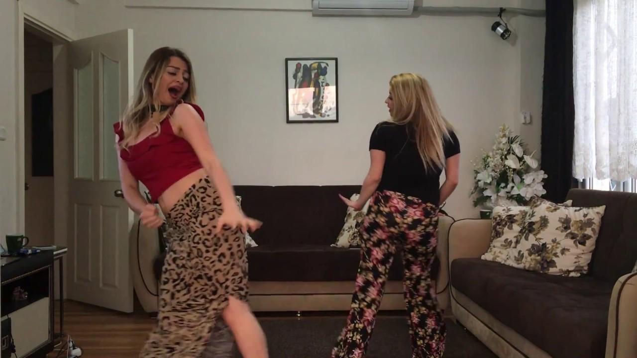 İki Sarışın Kızdan Yürekleri Hoplatan Roman Dansı - 1
