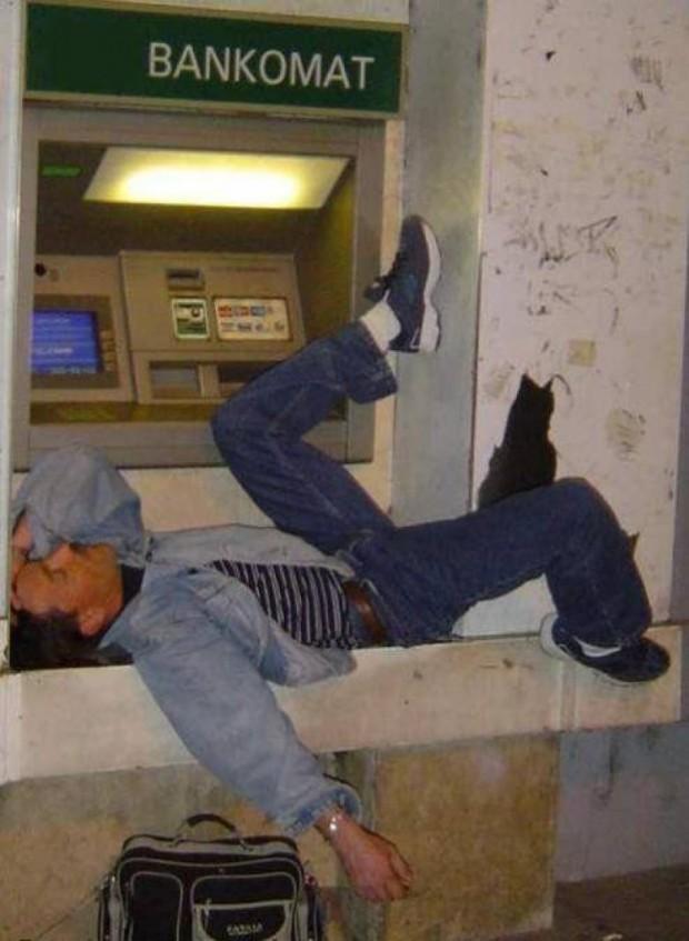 ATM'den Para Çekmek İçin Farklı Bir Yol Deneyen 15 Sıradışı Tip - 1