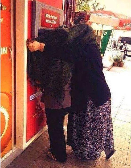 ATM Önünde Çekilmiş Eşine Az Rastlanır Manzaralar - 1