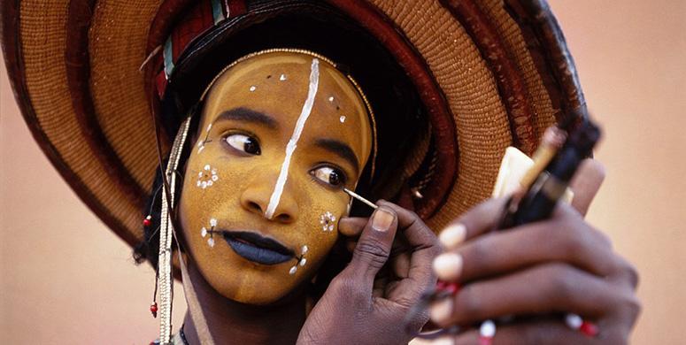 Erkeklerin Makyajlar Yapıp Kadınlara Görücüye Çıktığı Afrika Kabilesi