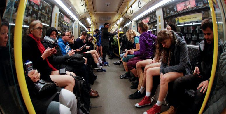 Metroya Binen Genç Bütün Gözleri Üzerine Topladı