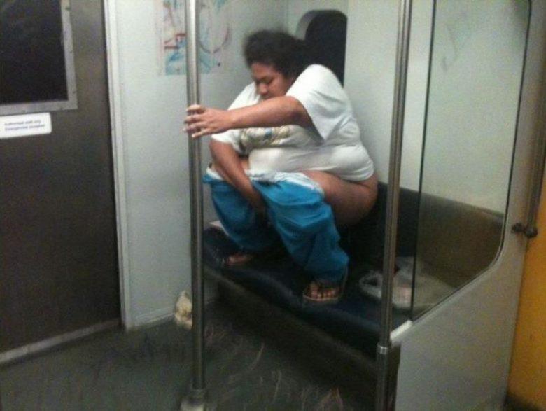 Metro Yolculuğunu Çok Yanlış Anlayan 15 Moda Yoksunu İnsan - 1