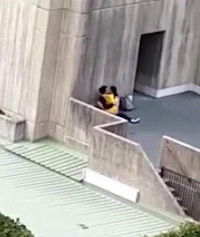 Sokak Ortasında Samimiyeti Fazla İlerleten Çiftlerin Görüntüleri Pes Dedirtti - 1