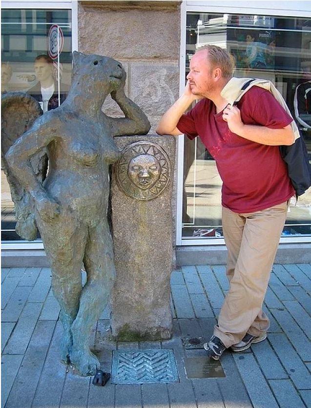 Heykellerin ve Anıtların Önünde Poz Verirken Yaratıcılıklarını Konuşturan 15 Çılgın İnsan - 1