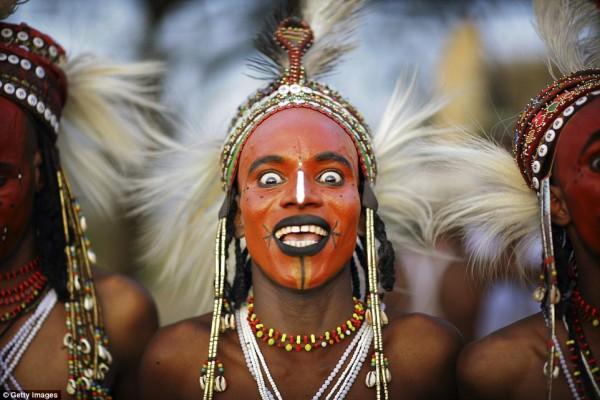 Erkeklerin Makyajlar Yapıp Kadınlara Görücüye Çıktığı Afrika Kabilesi - 1