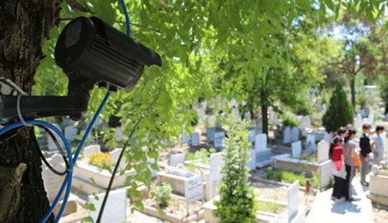 Çorumlu Vatandaşlar 'Mezarlıkta Ağlayan Kız'ın Peşine Düştü, Gizemi Kameralar Çözecek