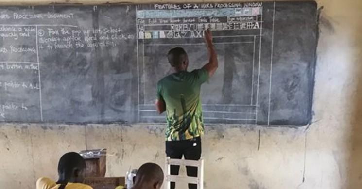 Bilgisayarsız Okulda Microsoft Programını Tahtaya Çizerek Anlatan Fedakar Öğretmen
