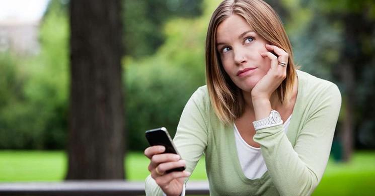 Telefon Bağımlılarına Kötü Haber! Yolda Yürürken Telefonla Uğraşanlara Para Cezası