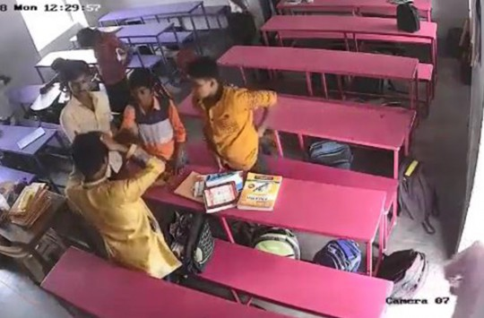 Hindistan'da Öğrencisiyle Amerikan Güreşi Yapan Öğretmen