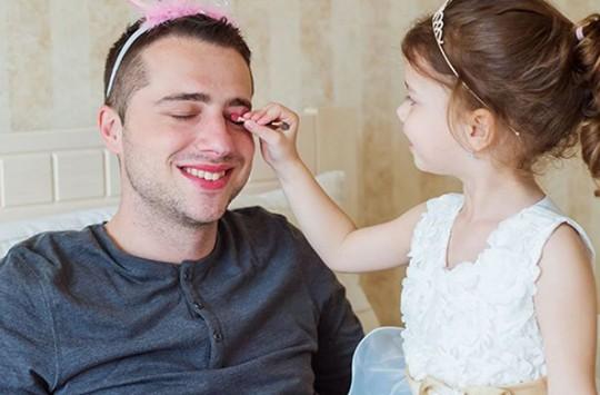 Kızını Trolleyen Babanın İnanılmaz Performansı