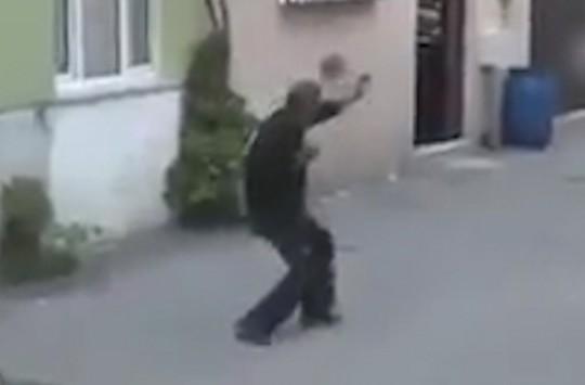 Boğayı Karate Yaparak Durdurmaya Çalışan Bey Amca