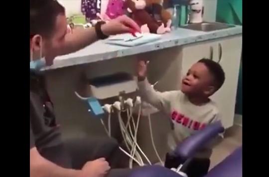 Hastalarını Sihirbazlık Gösterileriyle Muayene Eden Çocuk Doktoru