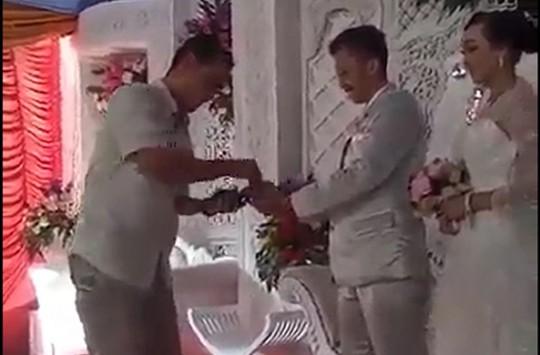 Düğünde Takı Yerine Kredi Kartı Çekimi Yapan Teknolojik Çift