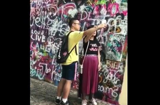 Erkek Arkadaşına Selfie Çubuğu Muamelesi Yapan Genç Kadın
