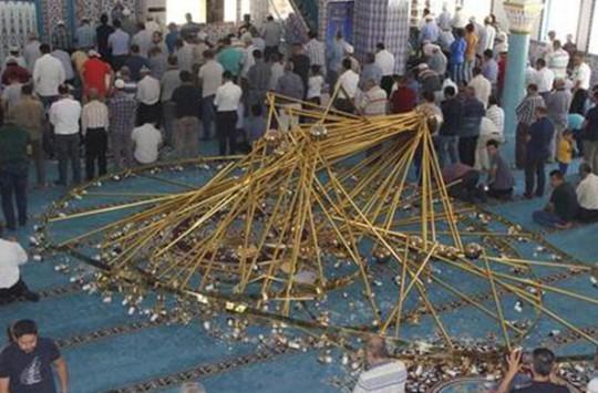Cami'de Cemaatin Üzerine Avize Düştü!