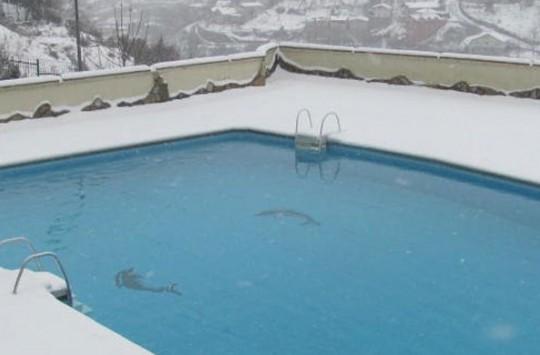 Canı Sıkılan Türk Gençleri Donmuş Havuza Girmeye Kalkarsa
