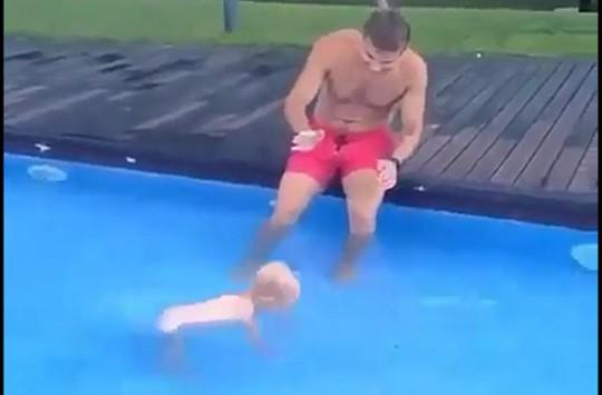 İlk Yüzme Dersini Babasından Alan Sevimli Ufaklık