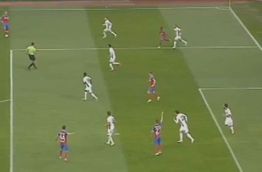 Rumen Futbolcu Tek Hareketiyle Defansı Çöpe Attı!