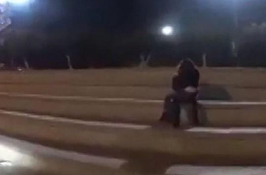 Parkta Uygunsuz Vaziyette Yakalanan Çiftin Yanına Gelen Motorcu Sosyal Medyada Olay Oldu!