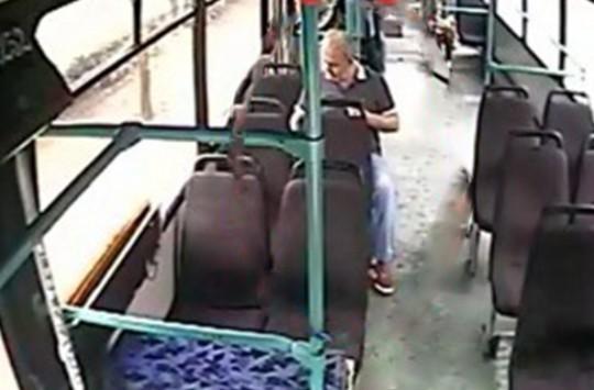 Yaşlı Adam Bulduğu Telefonu 'Cebe Attı'