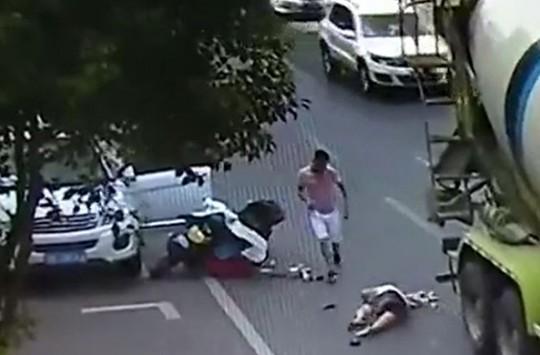 Araç Kapısını Açarken Yolu Kontrol Etmek Gerektiğini Kanıtlayan Kaza Görüntüleri