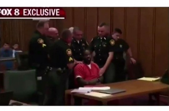 Mahkemede Uyarılara Rağmen Konuşunca Ağzı Bantlanan Adam