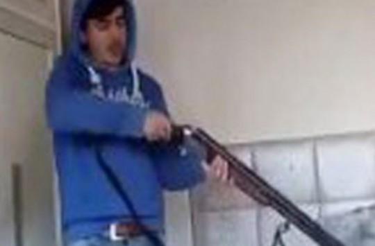 Silah Tanıtımı Yapan Genç Odayı Yıktı!
