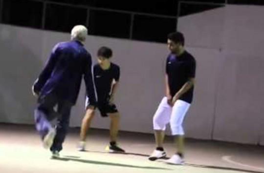 70 Yaşındaki Futbol Sihirbazı Sahadaki Gençlere Taş Çıkarrtı