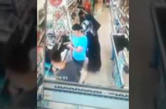 Markette Kadını Rahatsız Eden Adam Kameralara Anbean Kaydedildi!