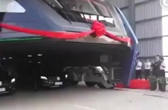Çin'in 1200 Kişi Kapasiteli Dev Otobüsü Deneme Sürüşünü Yaptı