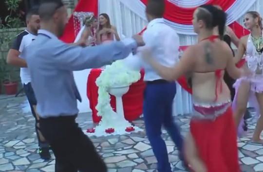 Düğününde Dansözlerden Daha İyi Dans Eden Adam