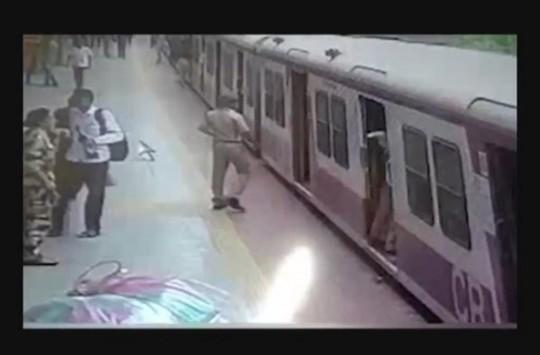 Elbisesi Tren Kapısına Takılan Kadın Ölümden Döndü