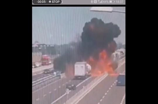 Otoyolda atlayan Yakıt Tankerinin Kameralara Yansıyan Korkunç Görüntüleri