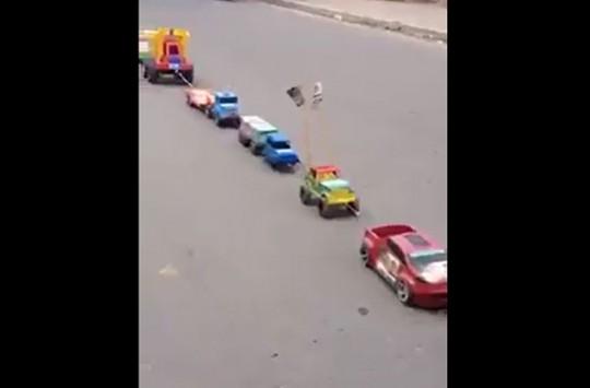 Hindistan'da Oyuncak Arabaları Motoruna Bağlayarak Trafiğe Çıkaran Tuhaf Adam