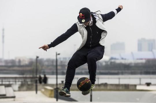 Dünyanın En İyi Top Cambazlarından Biri Gençleri Neye Uğradığına Şaşırtıyor