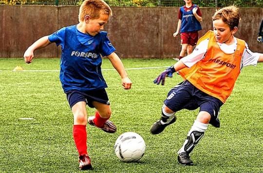 Kendi Aralarında Top Oynayan Çocukların Oyununu Bozan Dayı