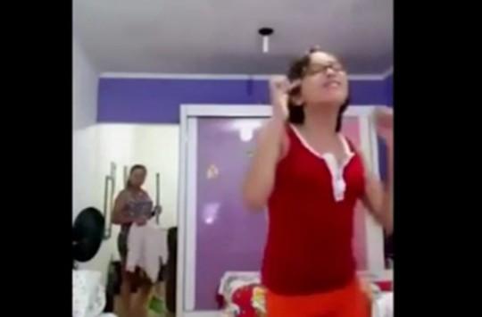 Dans Eden Genç Kızın Odasına Bir Anda Annesi Girince...