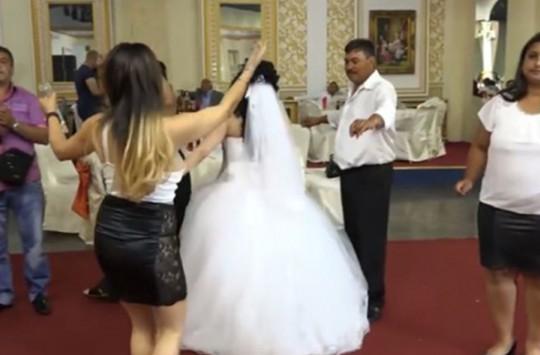 Düğün Şarkıcısı Konukları Şok Etti!