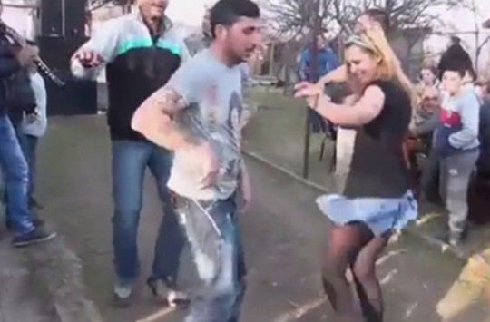 Bulgar Kızdan Roman Havası Dansı
