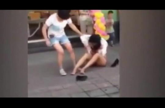 Kocasının Sevgilisini Sokak Ortasında Acımasızca Dövdü