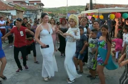 Roman Düğününde Gelinle Görümcenin Olay Dansı