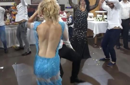 Mavi Elbiseli Kızın Dansı Sosyal Medyayı Salladı!
