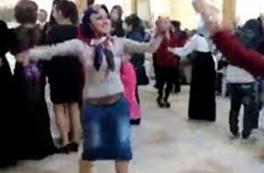 Başı Kapalı Kadının Rezil Dansı!